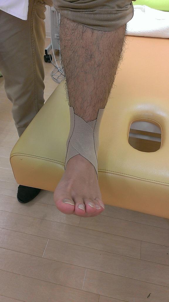 簡単。一人で貼れる足首のテーピング法